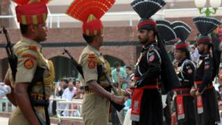 वाघा सीमा पर भारत और पाकिस्तान के सुरक्षा बल