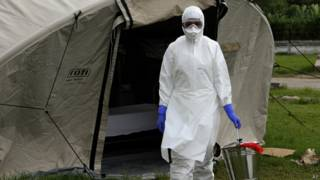 Enfermera se entrena en Cuba en el tratamiento de ébola