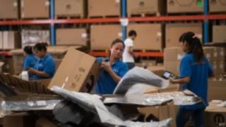 عاملات في مصنع صيني