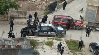 Policías federales buscan a estudiantes desaparecidos en Guerrero, México. Foto: AFP/Getty