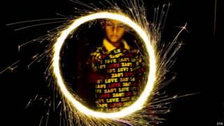 लाहौर में दिवाली मनाता एक हिन्दू लड़का