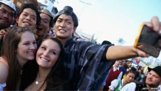 Grupo de jovens tira 'selfie' (Foto: BBC)