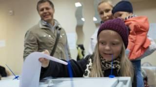 ребенок у урны для голосования