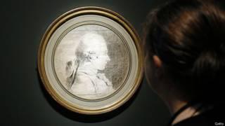 Женщина смотрит на рисунок, на котором изображен маркиз де Сад