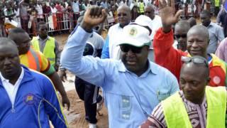Zéphirin Diabré, chef de file de l'opposition burkinabé, faisant un point levé lors d'une manifestation.