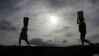 Muejres transportando agua en Nicaragua.