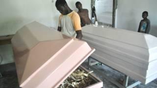 Fabricantes de caixões na Libéria (AP)