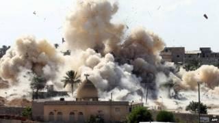 गज़ा पट्टी से लगती मिस्र की सीमा पर बफ़र-ज़ोन के लिए घर तोड़े जा रहे हैं