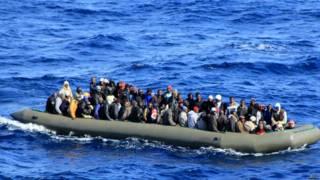 Barco com refugiados no Mediterrâneo, em fevereiro deste ano (AFP)