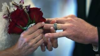 Los hombres que toman el apellido de su mujer: ¿una nueva tendencia?