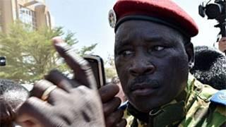 Laftanal Kanal Isaac Zida da sojoji suka ayyana a matsayin sabon shugaban kasar Burkina Faso