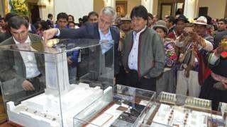 """Президент Боливии Эво Моралес осматривает макет """"Большого дома народов"""""""
