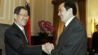 马英九(右)在总统府接见萧万长一行(台湾中央社图片3/11/2014)