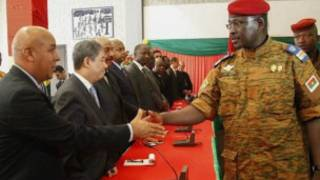 Lt Col Isaac Zida abonana n'abaserukiye ibihugu muri Burkina Faso