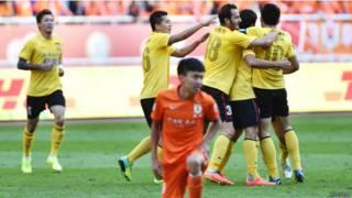 2014中超联赛以广州恒大(黄色)四连冠结束。