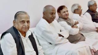 मुलायम सिंह यादव के साथ देवेगौड़ा, शरद यादव,लालू प्रसाद और नीतीश कुमार