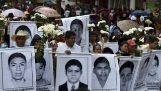 Cartazes com imagens dos estudantes desparecidos