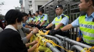 Демонстранты повязывают желтые ленточки