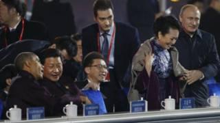 पेंग लीयुआन को शाल ओढ़ाते रूसी राष्ट्रपति ब्लादिमीर पुतिन