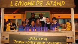 Дети продают лимонад в благотворительных целях