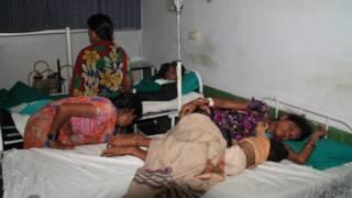 छत्तीसगढ़ में नसबंदी के बाद तबियत ख़राब होने पर अस्पताल में भर्ती कराई गईं महिलाएं.