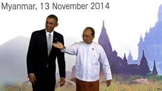 吳登盛(右)在內比都歡迎奧巴馬(左)出席東亞峰會(13/11/2014)