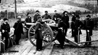 Генерал Уильям Шерман (опирается на лафет орудия) и его офицеры в окрестностях Атланты (фото 1864 г. из Библиотеки Конгресса США)