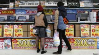 Японские подростки в магазине