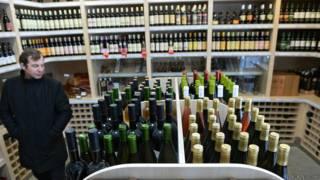 Бутылки вина на витринах