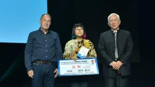 周易(中)獲KIKKERLAND總裁Jan van der Lande和柳冠中教授頒獎