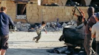 Menino ator trabalha em filme sobre a Síria (foto: Lars Klevberg)