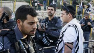 Fuerzas de seguridad y fieles en la zona de la sinagoga atacada