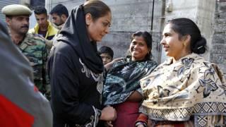 श्रीनगर में प्रचार करतीं  भाजपा उम्मीदवार हिना भट्ट