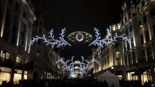 伦敦摄政街主要购物街道之一的圣诞灯饰已经点亮