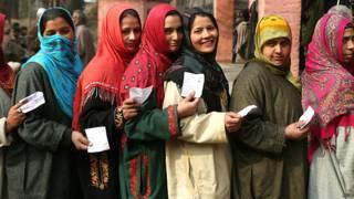 कश्मीरी महिलाएँ वोट देते हुए