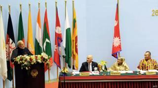 सार्क शिखर सम्मेलन में भाषण देते प्रधानमंत्री नरेंद्र मोदी