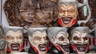 Canecas de Drácula à venda na Transilvânia | Foto: Getty