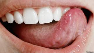 Облизывая губы