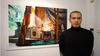 李岳凌與他的作品「違章建築」在薩里大學攝影展上