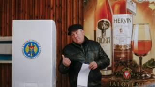 На избирательном участке в селе Лаловени в день парламентских выборов в Молдавии 30 ноября 2014 года