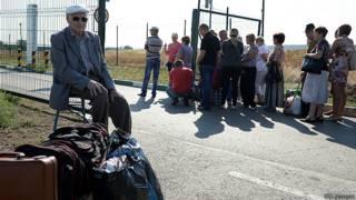 Жители Украины на КПП Донецк