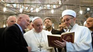 Великий муфтий Рахми Яран показывает Коран папе Франциску в Голубой мечети Стамбула (29 ноября 2014 г.)