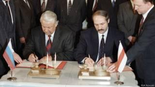 Борис Ельцин и Александр Лукашенко подписывают в Кремле договор о создании Союзного государства России и Белоруссии (8 декабря 1999 г.)