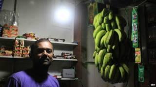 هندي يستخدم بطارية المحمول في الإضاءة