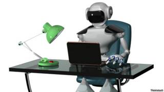 Robot humanoide trabajando en una computadora