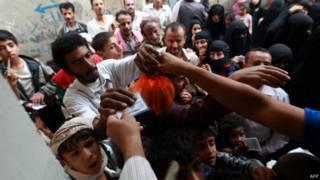 حشود أمام أحد مراكز المساعدات