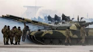 Украинские солдаты и танки