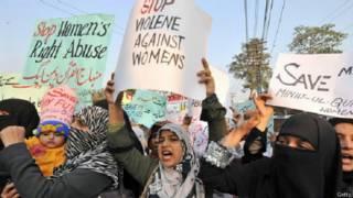 पाकिस्तान में विरोध प्रदर्शन करती महिलाएँ