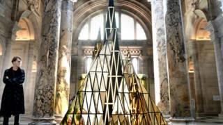 英國設計師加勒斯•普與他為倫敦V&A博物館設計的聖誕樹