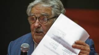 Mujica con la carta